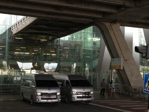 税関通る間にタクシーの運転手にLINEを送り、予定通り到着口2階の4番出口で待っててくれました。ここまで順調ロスタイムなし!