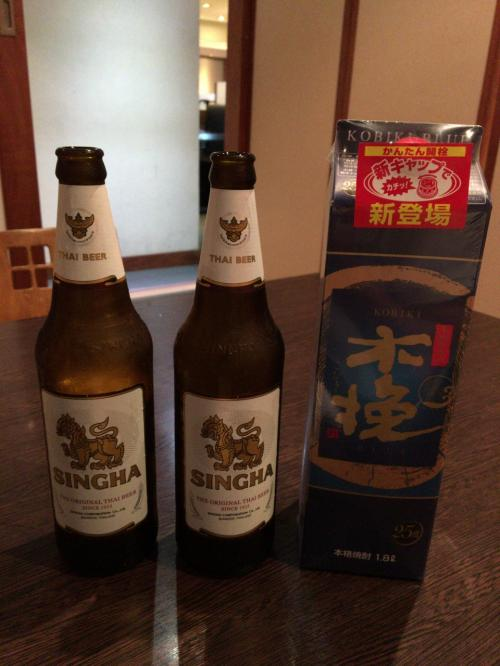 さっそく予定変更。初日はソンブーンに行く予定が、ホテル下の北海道で日本食・・・シンハービールと日本から持ってきた木挽ブルーの競演です。