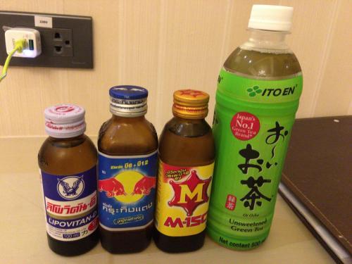 ホテルの部屋に入っても木挽きブルーで部屋飲みしました。ホテルに早く着いたのに結局日本食で部屋飲みで日本にいるのと変わらず(T_T)スカイバーに行きたかった。レッドブルが10バーツなのでついつい買ってしまいます。そんなこんなでもったいない1日目が終わりました・・・
