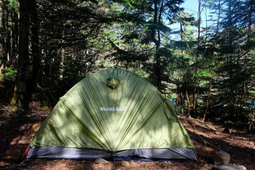 テント場所を探しますが結構埋まっています<br />ようやく傾斜が少ない所をGET出来ました!