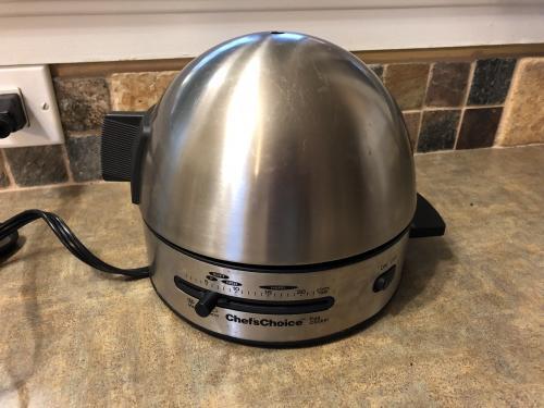 そして、これ。<br />この機械、なんだか分かりますか?<br /><br />正解は…<br />茹で卵とポーチドエッグを作る機械。<br /><br />イエローナイフのB&Bでは、<br />宿泊者がコンロを使えないらしいです。<br />というのも乾燥しているらしくて火事になりやすいから火が厳禁だとか。<br /><br />なのでこの機械で作ります。<br />作れます。