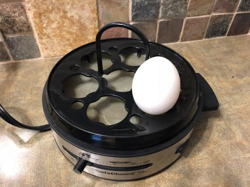 下に水を張り、卵を茹でます。<br /><br />固さも調整出来るんですよ。<br /><br />ポーチドエッグは、また違うポーチドエッグ専用のトレーがあります。