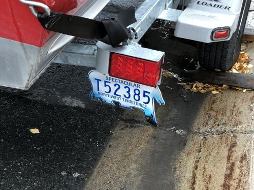 そして、イエローナイフの車のナンバープレートは、<br />「シロクマ」仕様です。<br />こういうプレートはイエローナイフのあるノースウエスト準州だけ。<br />日本にも独特なナンバープレートがあればいいのに。
