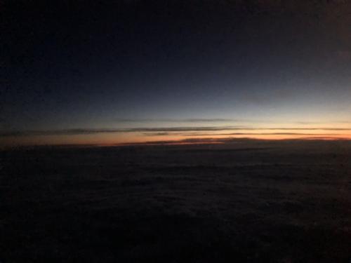 出発が19時55分発のカルガリー行き。<br />日は落ちていましたが<br />上空では、夕焼け空が見えました。<br />エアカナダでは、ドリンクのサービスがありましたが行きのウエストジェットの様にスナックは付きませんでした。<br />そして、<br />カルガリーからトロントまでの機内の中は寝落ちしてしまったので<br />よく分かりませんが多分、2回程ドリンクのサービスがあったと思います。<br />約4時間のフライトでしたが寝ていたのであっという間でした。<br />せっかくモニターがあったので映画でも見ようと準備までしていたのに<br />結果的に映画は流れたまま寝落ち。<br />日本語の吹き替えの映画もありましたよ。<br />そしてトロント到着は翌朝の6時頃。<br />バス停を探すのに手こずり(wifiがうまく接続出来ず)<br />1時間の帰路が倍の2時間掛かって到着しました。<br /><br />今回のオーロラツアーは、<br />一言で「感動」<br />今まで神秘的な旅をした事が無かったので<br />感動の大きさが今までとは全くの別物でした。<br />あの時、ふと「行こう」と思って良かったなぁと思います。<br />そして、ラッキーな事に素晴らしいオーロラを見ることが出来たのもこの日を選んで良かったと思いました。<br />一時はあの1日目が続いたらという嫌な予感もありましたが。<br /><br /><br /><br />今までオーロラ旅の日記を読んで頂きありがとうございました。<br />