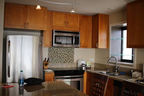 今日はこのままカイルアまで行くので、のんびりしている暇はありません。<br /><br />部屋の写真はまた載せます。<br /><br />こちらはキッチン。<br />あの窓の前に立つとちょうどダイアモンドヘッドが見えます。