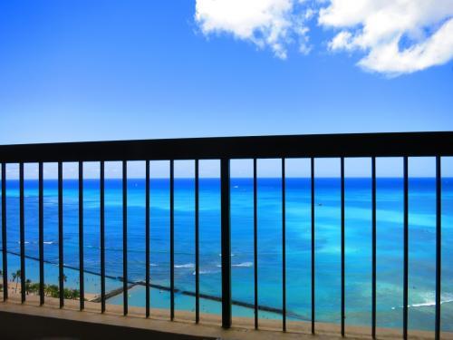 広々としたラナイの椅子に座ると、空と海と柵と私。