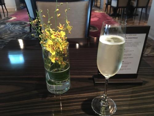 ホテルに戻るとちょうどカクテルタイム。ラウンジでスパークリングワインをいただきます。