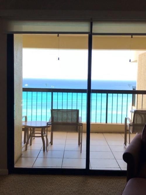 えっ!えっ!<br /><br />部屋のドアを開けた瞬間!<br /><br />これは右側の窓で、左にも同じように窓があり、ラナイが続いています。