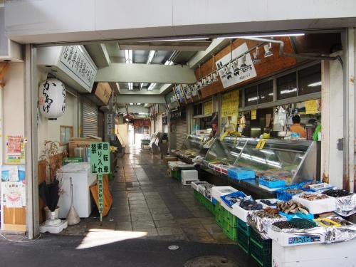 渋い商店街の渋い魚屋さん。<br /><br />最近こういう店見かけなくなりましたねえ。