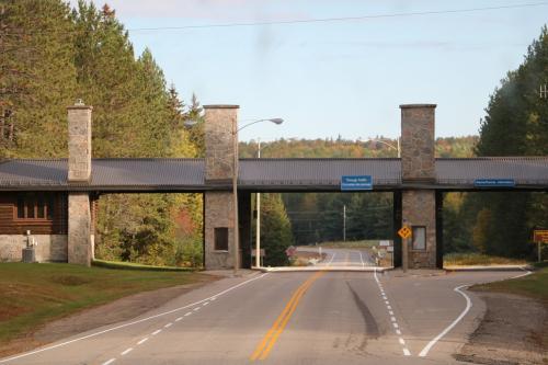 そうこうするうちに、アルゴンキン州立公園のイーストゲートに到着。<br />このゲートを抜けるとアルゴンキン州立公園になります。