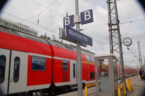 ミュンヘン中央駅から快速列車を利用する。写真に写っているのは、私たちが乗車しtあ