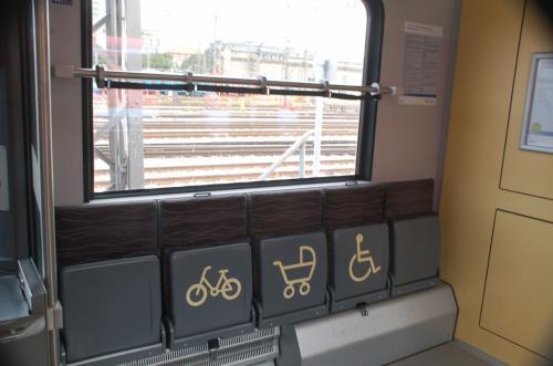 自転車、ベビーカー、車椅子のスペース。アイコンはわかりやすい。