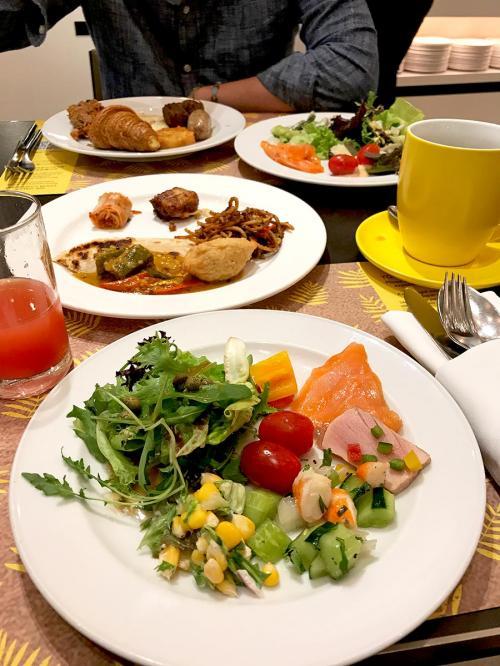 サラダ系もよくある生野菜以外にも、<br />シーフードマリネとかメニューが充実してました。<br />カレーも美味しかったです♪