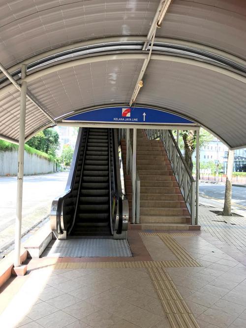 モノレールの「Bukit Nanas」駅と、<br />LRTクラナジャヤ線の「Dang Wangi」駅は少し離れていますが、<br />アーケードみたいな連絡通路でつながっていました。<br />ちなみにこのエスカレーターは動いてませんでした…