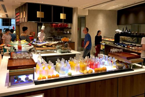 前の旅行記<br />【No.1】https://4travel.jp/travelogue/11291458<br /><br /><br /><br />2日目です。<br />朝食はクラブラウンジでも食べられますが、<br />ロビー階にある「Lemon Garden」で頂きました。<br /><br />シャングリラの朝食、種類豊富で良かったです。