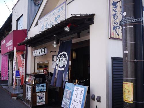 〔きむらや〕<br />笠間の稲荷寿司は有名らしく、<br />お店がたくさん並んでいました。<br />せっかくなので食べたいと思い、<br />選んでいたのはこちらのお店。