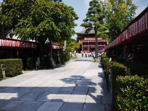 〔笠間稲荷神社〕<br />お店が並びます。