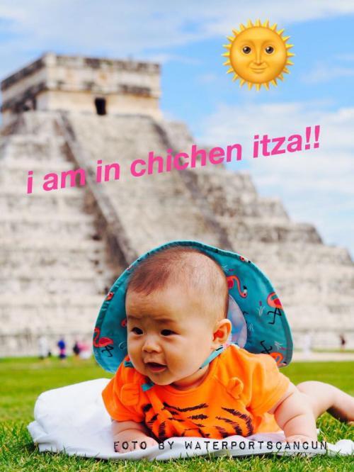 チチェンイッツァ遺跡プライベートツアーをご利用頂きましたご家族のお子様のお写真。こんなに小さな時にピラミッドパワーを充電したので、将来は大物確約?!(^^)<br />