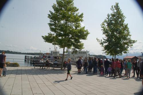 シュトック駅から歩いてすぐのところに、キーム湖の遊覧船乗り場があった。どうやら、私たちが購入した切符で遊覧船に乗船できるようである。そこで私たちも長い列の最後尾に加わった。
