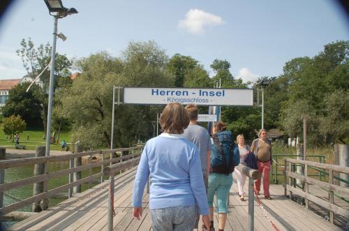 およそ十五分で目的地に到着。どこに着いたの? ドイツ語、ヨメマセーン。だが、おそらく、Herren-Inselは、Herren-Island、ヘレン島だと思う。