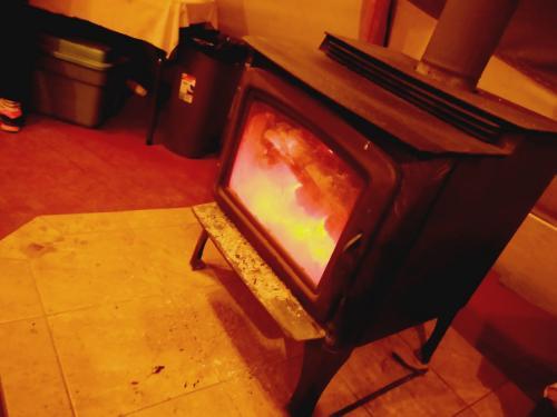 ティーピーの中は暖炉があるので温かい。<br /><br />オーロラが出るのをここで待ちます。