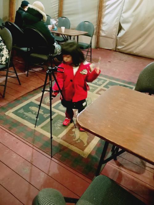 夜中に、オーロラをみるためだけに、つれて来られた4歳児。<br /><br />案外、眠くはないらしい。