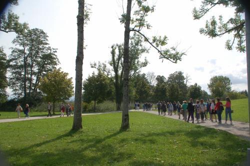 ヘレンキームゼー城のNeues Palaisへと続く道を歩いて行く。