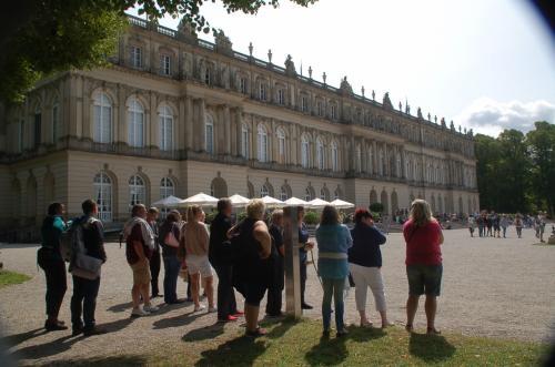 ヘレンキームゼー城のNeues Palaisに到着。何かを待っているような人たちは、何を待っているのだろう?