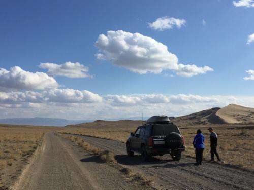 国立公園の入口で、ガイドのEさんが入域料(ツアー代金にコミ)の支払い等の手続きをしてくれて、公園内へ。<br />道は未舗装になるけど、このあたりはだいたいスムーズ(舗装路に関しては、大変道の状態が良い)。<br />砂丘が見えてきたところで一度写真ストップ。