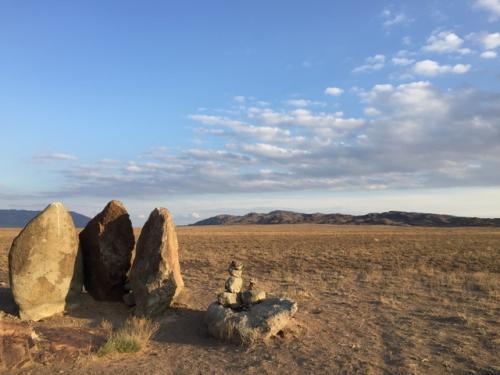 砂丘を堪能した後、近くの湧き水を見たり、古代からこの状態だという、3本立ち並んだ尖った岩の見学をする。<br />ここにはジンギスカンが来て鍋をしたという伝説があるそうだ(笑)。<br />ジンギスカンがこの辺りまで来たことは事実らしいけど、はてさて。
