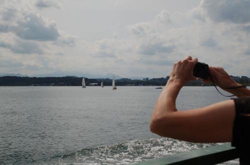 一人旅の女性が写真を撮っていた。
