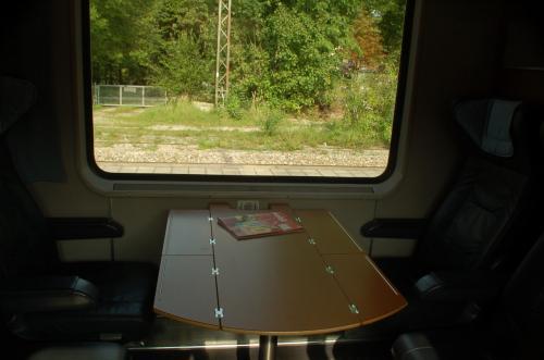 さて、列車に乗り込み、またまたファーストクラスに着席。テーブルをふんだんに使う。