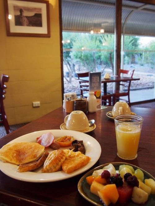 ずっと朝食付きのプランだったのですが、1日目は朝からキングスキャニオン、2日目はウルル登山と朝早くから予定が入っていた為、LunchBox(フルーツやシリアル・お菓子などが入ってました。)だったので、やっとホテルで朝食が頂けました(^^)<br /><br />フルーツも種類が多く美味しい♪<br /><br />毎朝、食べたかったですね。<br /><br />毎日ここで食べたかったです。