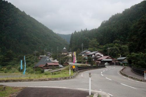 8月2日 美山町 かやぶきの里 京都<br /><br /> 朝早く目が覚めました・・・まあ、バス停で夜明かしですのでね・・・朝早く、目の覚めない方が不思議ですけれど、四時間くらいは眠れました・・・先ずは、茅葺きの家で有名な、美しい村「美山町」の「かやぶきの里」の見物です。
