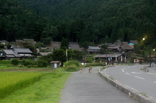かやぶきの里 美山町北村<br /><br /> では、村の中へ・・・まだまだ、殆ど誰も歩いてません・・・