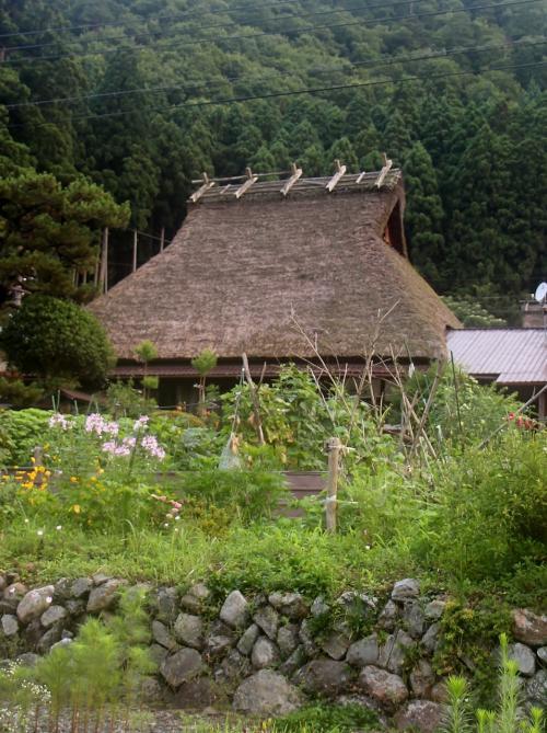 かやぶきの里 美山町北村<br /><br /> 石垣と、茅葺きの家・・・ワタクシの生まれ故郷では、とっくの昔に、もう亡くなった風景・・・