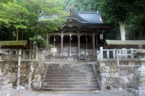 知井八幡神社 かやぶきの里 美山町北村<br /><br /> 村の高台に在った神社です・・・出雲とは、関係がなさそうです・・・「八幡」は、古くは「ヤハタ」と読み、八つの旗を意味したのだとか・・・北九州の宇佐氏の氏神であったものが、その後、天皇家に取り入れられ、実在不明の応神天皇や、その母・神宮皇后(これも実在しない)の心霊とされ、記紀神話の神宮皇后「三韓征伐」の記述から、武人の神、特に、清和源氏の神とされたもの だとか(すでに、その頃には、「ヤハタ」は「ハチマン」と、仏教風の読みとなり、「八幡大菩薩」と神仏習合していたらしい)・・・
