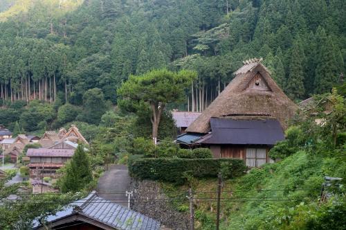 かやぶきの里 美山町北村<br /><br /> かやぶき屋根の家と、村の道・・・カメラを引くと、高架の鉄塔(高圧電線)が見えます・・・ちと、無粋・・・だから、写さない。