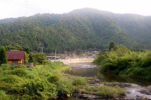 由良川 かやぶきの里 美山町北村<br /><br /> 美山・茅葺きの里に別れを告げて、いざ出発・・・まだ、殆ど誰も、歩いてなかった村に、お別れです・・・