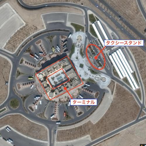 ちなみにGoogleの衛星写真を見ると、ヤズドのバスターミナルはこんな感じの芸術的な形になっている。 バスターミナルの北東側にタクシースタンドがある。 市街まではタクシーで移動。 <br />