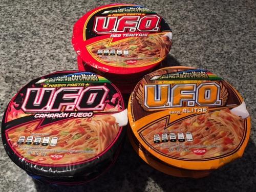メキシコ版「日清焼きそばUFO」のパッケージ。<br /><br />日本と違って3種類の味がある。<br /><br />ビーフ・テリヤキ風味<br />激辛海老風味<br />チキン・から揚げ風味<br /><br />さて、お味は?!