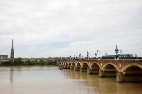 ガロンヌ川にかかるピエール橋とサン・ミッシェル大聖堂とトラム<br /><br />1822年に完成したピエール橋の上を走る最新トラム。<br />旧いものを残しつつ新しいものを取り入れるヨーロッパのいいところ。<br />