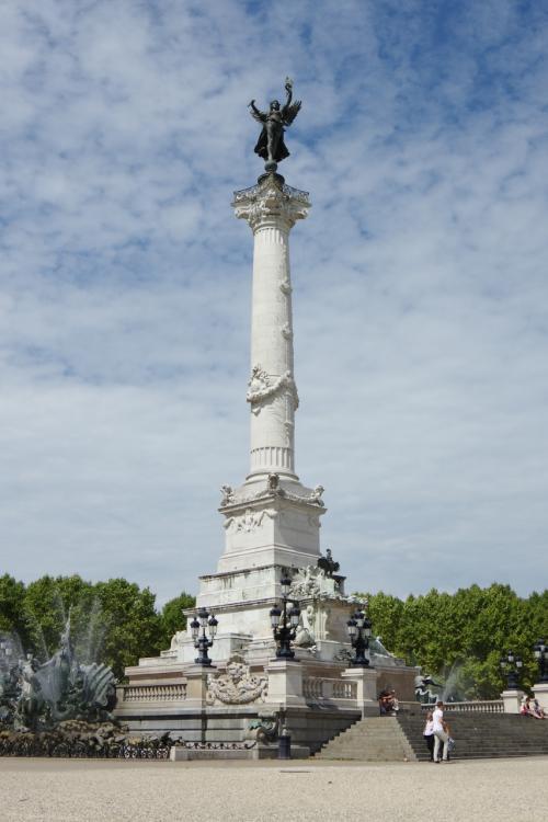 カンコンス広場にはフランス革命を起こしたジロンド派の記念碑。