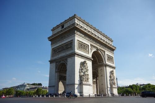 パリと言ったら、凱旋門。<br /><br />シャンゼリゼ通りをまっすぐ進むと、ドーンとそびえたっています。<br />門の中も入ることができます(有料)。<br />周囲は交差点なので、外縁から地下を通って行きます。