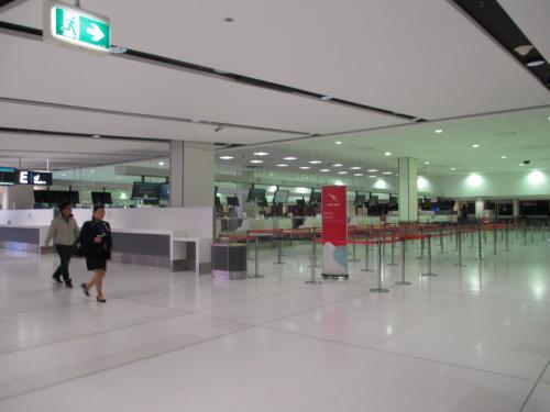 朝早くホテルをチェックアウト。徒歩で空港へやってきました。早朝便の時は、空港そばに宿泊すると、体が楽チン!。もう歳だな~。<br />カウンターでチェックインを済ませます。スタッフに、「sukeco(ビジネス)とsukeco夫(プレエコ)でクラスが違うが大丈夫か?」と心配されちゃいました(汗)。夫婦別々ってあまりないですよね・・・。