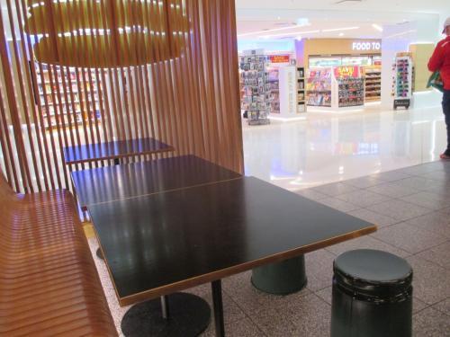 こちらのハンバーガーショップ、イートインは狭い~。。。ゆっくりできると思ったのだけど。