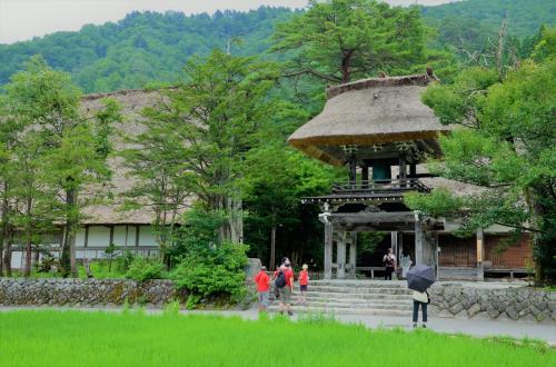 荻町集落の中にある古刹、明善寺。<br />鐘楼も茅葺の屋根で出来ているとこがフォトジェニック。