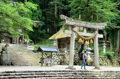八幡神社。<br />近くにどぶろく祭りの館と言う楽しそうな資料館があるのですが、<br />飲酒運転になる恐れがあるので見送り。<br /><br />ちなみに日本を訪れる外国人の中でも、人気があるのが神社の鳥居で<br />彼らの目には形・佇まいが非常にスピリチュアルに映るそうです。<br />鳥居の真ん中は通っちゃダメなんて、彼は知らないだろうなぁ。