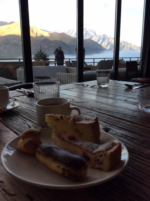 レストランに戻り景色を見ながらデザートを堪能します