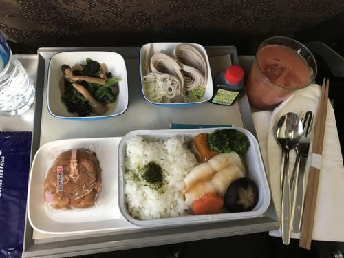 食事はインドネシアンと和食から選べるが、タイミング悪く和食しか残っていなかった。<br />んっ!? 和食も結構美味しいじゃないか。